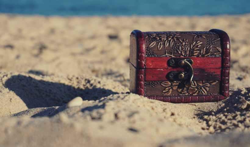 A treasure chest on a beach. Photo by Suzy Hazelwood on www.pexels.com